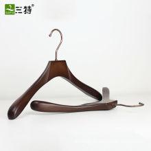 Klassische hölzerne Kleiderbügel für Stoff