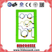 Placa de jogo fixada na parede educacional de madeira para crianças que aprende