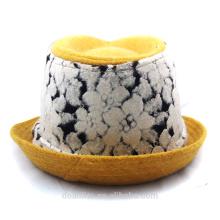 Capuchon de couleur jaune avec logo personnalisé en hiver