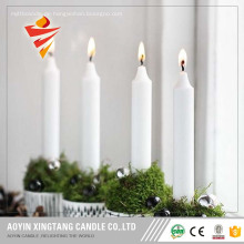 Weiße Kerze, die lange Zeitkerze brennt
