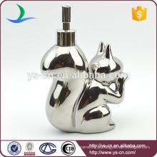 Distribuidor de loção com forma de esquilo de prata e cerâmica