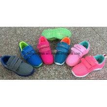 Les dernières chaussures d'injection de toile d'enfants, chaussures de sport de bande magnétique, glissent sur des chaussures avec la bonne qualité