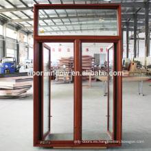 La revisión comercial de las ventanas batientes de energía abre una ventana abatible de vidrio con marco de madera de dos hojas