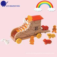 Animal de madeira encantador do brinquedo e rolamento da bota do arrasto ao longo do brinquedo