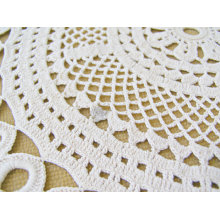 結婚式の手編みのかぎ針編みのテーブルクロス