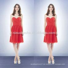 2014 Koralle farbige Hülle Brautjungfer Kleid Schatz knielangen kurzen Chiffon Prom Kleid mit Criss-Cross Pleats Mieder NB0739