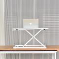 Sit-Stand Mini-Laptop-Schreibtisch auf dem Bett einstellbar.
