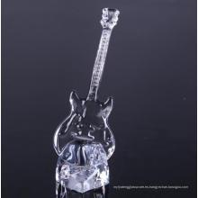 Mano presiona vidrio guitarra en forma de cristalería decorativa