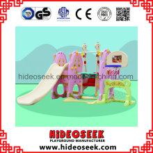 Pequeño tobogán y tobogán de plástico para niños pequeños con aro de canasta