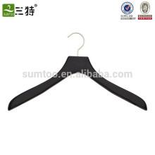 weicher, matter schwarzer Kleiderbügel aus Holz