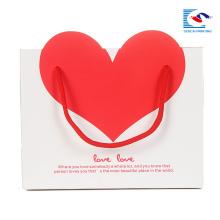 пользовательские белый бумажный мешок подарка с красным сердцем в собственный логотип