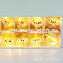 Lançando luzes de incêndio iluminam bolas de natal com luz piscando