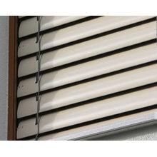 Stores électriques en aluminium à l'extérieur en vénitien