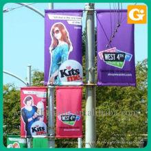 Banners de rua instalados em postes de luz de rua existentes