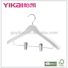 Branco cor cabide de madeira com ombros largos e clipes de metal