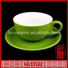 Copos cerâmicos de chá e pires coloridos brilhantes