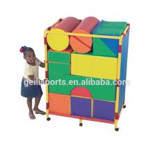 Crianças de espuma brincam blocos de brinquedo de construção