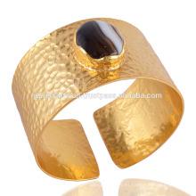 Negro ágata y martillado hecho a mano de latón 18 quilates chapado en oro pulsera