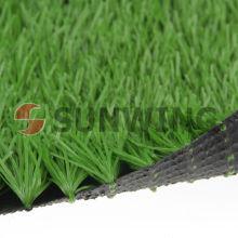Вне дети играют футбольные поля искусственный газон
