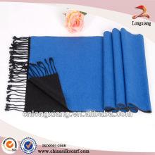 Lenço de seda escovado em azul com franjas