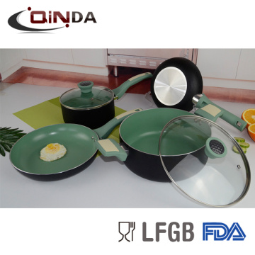 El color gris con utensilios de cocina de inducción de aluminio establece la cocina