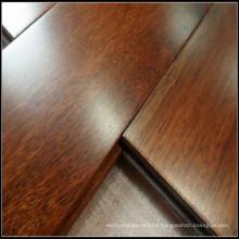 Um revestimento de madeira Merbau sólido da classe