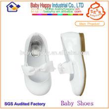 Простые белые детские туфли для детей