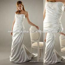 Uma elegante coluna em forma de estilo greciano em vestido de noiva de cetim