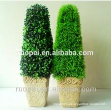 Árboles perennes artificiales en interiores y al aire libre en maceta