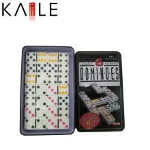 Dominos de haute qualité dans la boîte en fer blanc