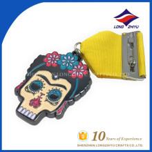 Venta al por mayor de alta calidad personalizada esmalte coloridas medallas cabeza de cráneo