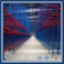 Conduzir através do rack de armazenamento do rack de paletes