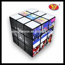 A venda quente personalizou o anúncio relativo à promoção anunciando os enigmas mágicos brinquedos dos desenhos animados do cubo para a promoção