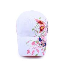 Gorra de béisbol blanca con logo