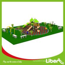 Ensemble de sol en caoutchouc usé Maison de paille Aire de jeux utilisée dans le parc avec balançoires et fitness en plein air