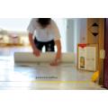 weiße Maler kleben klebrige Bodenmatte