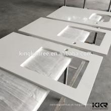 A cozinha moderna projeta bancadas de mármore brancas da cozinha