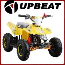 Crianças otimistas usam brinquedo elétrico ATV