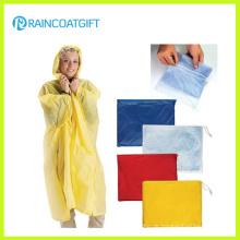 Der gelbe PVC-Poncho der wasserdichten Frauen