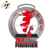 Médaille en métal de fer de triathlon d'Ironman de sport fait sur commande antique d'alliage de zinc avec le ruban