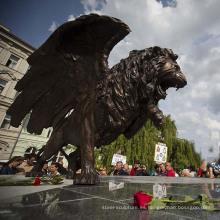 Gran escultura de león de metal alado de bronce