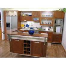 Armário de cozinha em madeira em forma de U com bancada em madeira