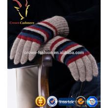 Main de gant tricoté d'hiver