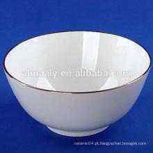 Super branco cerâmica pé tigela com uma borda dourada