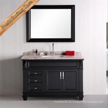 Vanidad clásica del cuarto de baño del piso con el espejo
