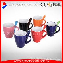 Avec une tasse à café en céramique à la cuillère et à la cuillère