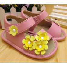 Sandalias chillones de la muchacha amarilla de la flor