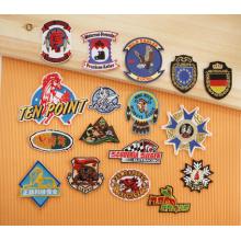 A01 Badges brodés avec bordure découpée