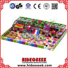Equipamento interno do campo de jogos do tema da casa dos doces com corrediça do tubo
