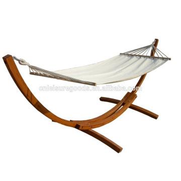 открытый гамак с деревянной стойкой